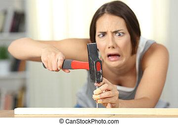 schlagen, frau, hammer, finger