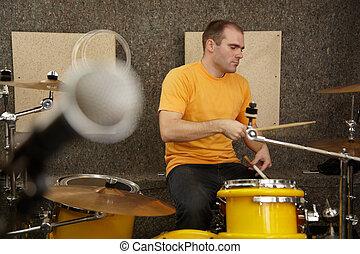 schlagzeugspieler, bei, drumkit., mikrophon, in, fokus