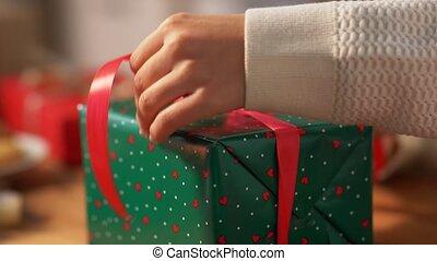 schleife, verpackung, weihnachten, bindend, geschenk, hände
