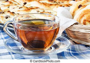 schmackhaft, hörnli, und, tasse kaffee, auf, tisch, nahaufnahme