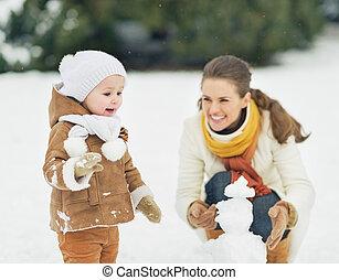 schneemann, winter, park, mutter, baby, machen, glücklich