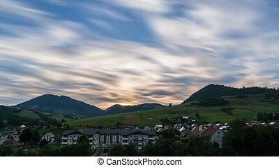 schnell, bewegende wolken, aus, ländlich, landschaft, an, sonnenuntergang, evening., tag nacht, zeit- versehen