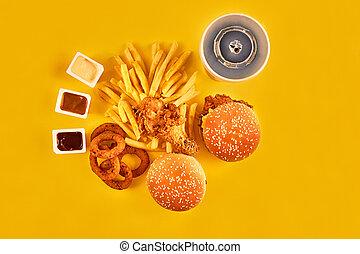 schnellessen, und, ungesundes essen, begriff, -, aufschließen, von, schnellessen, knabberzeug, und, kaltes getränk, auf, gelber hintergrund