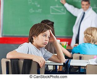 schockiert, kleiner junge, sitzen schreibtisch