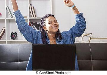 schodzenie, hispanic amerikanka, młody, świętując, komputer...