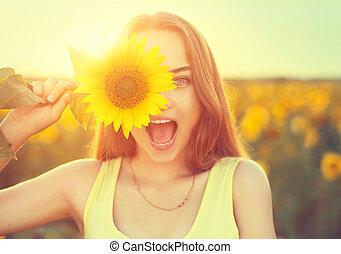schoenheit, freudig, teenagermädchen, mit, sonnenblume