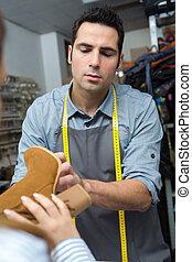 schoenmaker, suede, laarzen, klanten, inspecteren