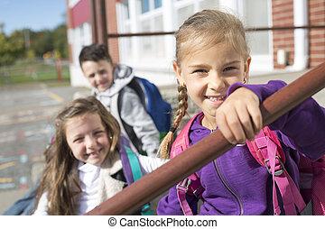 scholieren, buiten, school, staand, samen