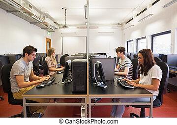 scholieren, de klasse van de computer