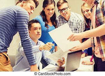 scholieren, draagbare computer, groep, leraar
