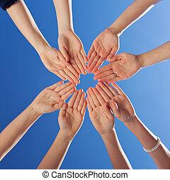 scholieren, en, onderwijzeres, handen samen, tegen, blauwe hemel