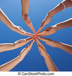 scholieren, en, onderwijzeres, handen samen, tegen, hemel