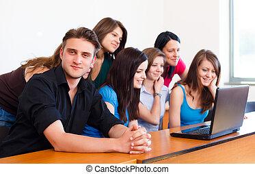 scholieren, gebruikende laptop