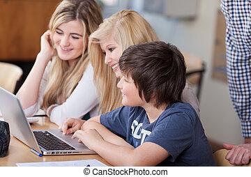scholieren, gebruikende laptop, samen, op het bureau