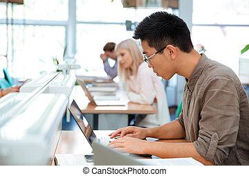 scholieren, gebruikende laptop, universiteit