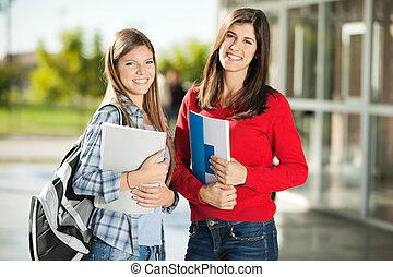 scholieren, het glimlachen, college universiteitsterrein