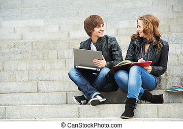 scholieren, het glimlachen, twee, jonge, buitenshuis