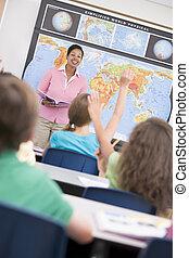 scholieren, in, aardrijkskunde, stand, biedend, voor, leraar, (selective, focus)