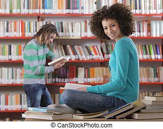 scholieren, in, een, bibliotheek