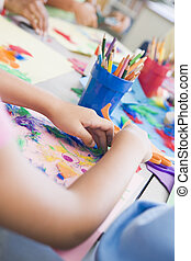 scholieren, in, kunst brengen onder, het focusen, op, handen, (selective, focus)