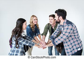 scholieren, jonge, vier, stapelende handen, witte , vrijetijdskleding