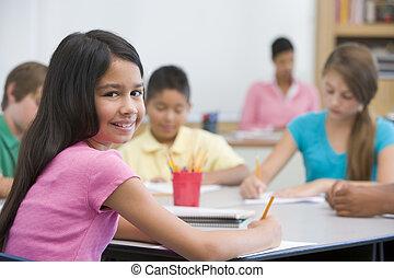 scholieren, klassikaal, aantekeningen nemd, met, leraar, in, achtergrond, (selective, focus)