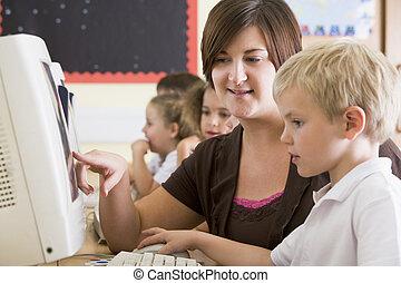 scholieren, klassikaal, bij computer, terminals, met, leraar, (selective, focus)