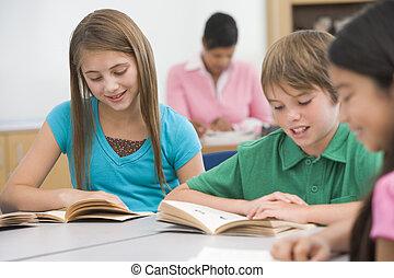 scholieren, klassikaal, lezende , met, leraar, in, achtergrond, (selective, focus)