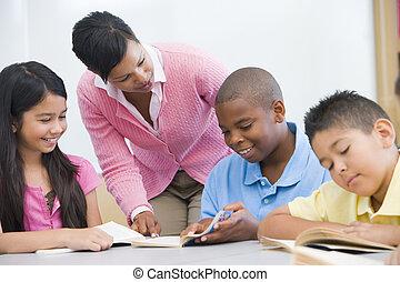 scholieren, klassikaal, lezende , met, leraar, portie, (selective, focus)