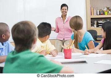 scholieren, klassikaal, met, leraar, het spreken, (selective, focus)