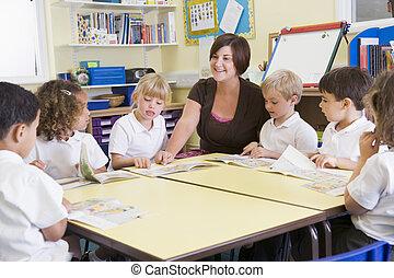 scholieren, klassikaal, met, leraar, lezende