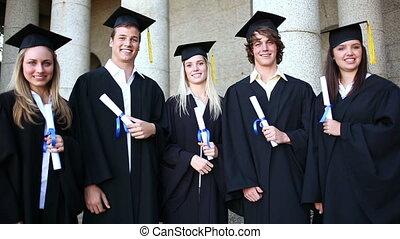 scholieren, lachen, terwijl, vasthouden, hun, diploma's