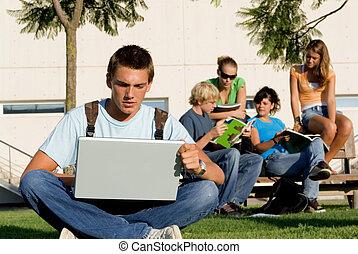 scholieren, laptops, boek, campus