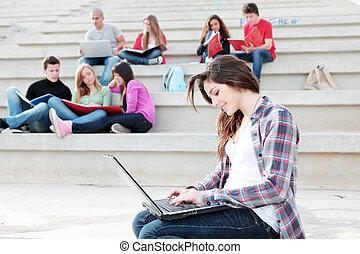 scholieren, laptops, boekjes , campus, werkende