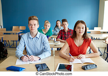 scholieren, met, notitieboekjes, en, tablet pc, op, school