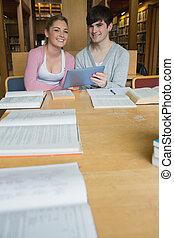 scholieren, met, tablet pc, op, studeren, tafel
