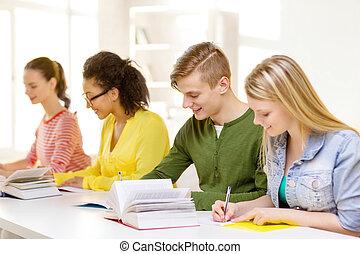 scholieren, met, textbooks, en, boekjes , op, school