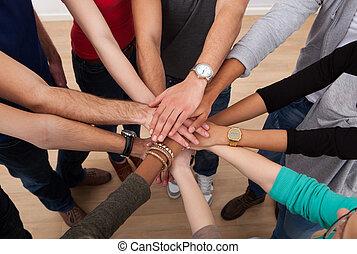 scholieren, stapelen, universiteit, multiethnic, handen