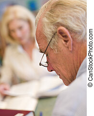 scholieren, studerend , middelbare leeftijd , bibliotheek