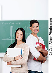 scholieren, verzamelmappen, vasthouden, tegen, chalkboard