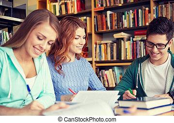 scholieren, vrolijke , notitieboekjes, bibliotheek, schrijvende
