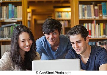 scholieren, zittende , kijken naar, een, draagbare computer