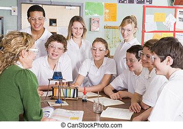 schoolchildren, e, insegnante, in, classe scienza