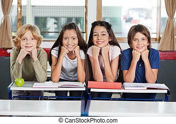 schoolchildren, inclinar-se, escrivaninha, junto