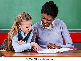 schoolgirl, ajudar, escrivaninha professor