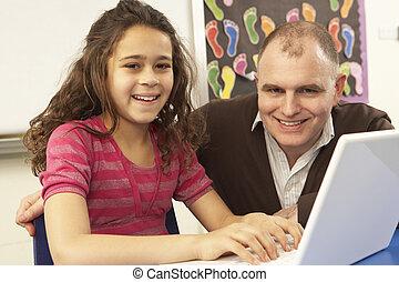 schoolgirl, em, classe, usando computador, com, professor