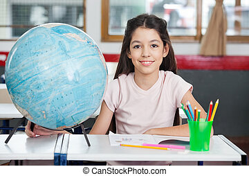schoolgirl, globo, sorrindo, organizador, escrivaninha