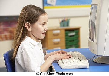 schoolgirl, het gebruiken computer, de klasse van it
