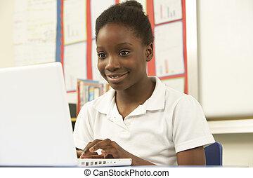 schoolgirl, in, de klasse van it, het gebruiken computer