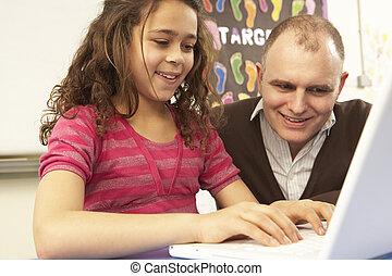 schoolgirl, in, it-klasse, verwenden computers, mit, lehrer